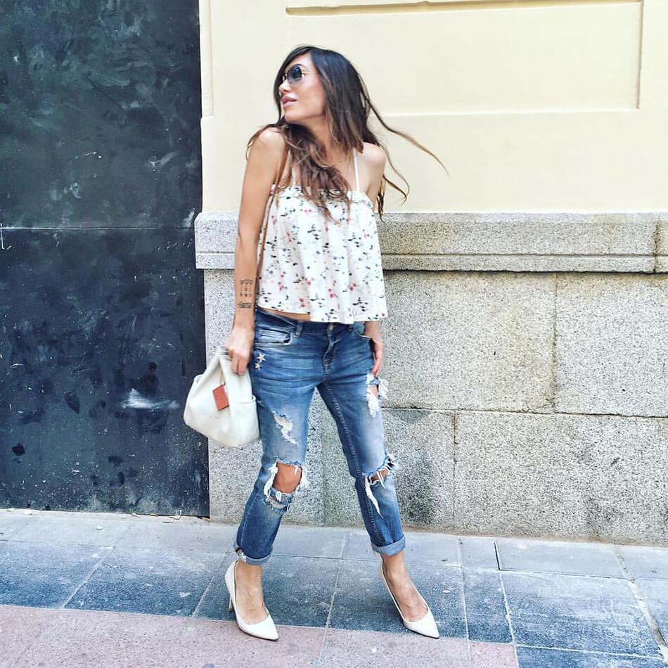 street style con top de tirantes, volante en el pecho y print de flores de a Bicyclette, jeans desgastados de Mango