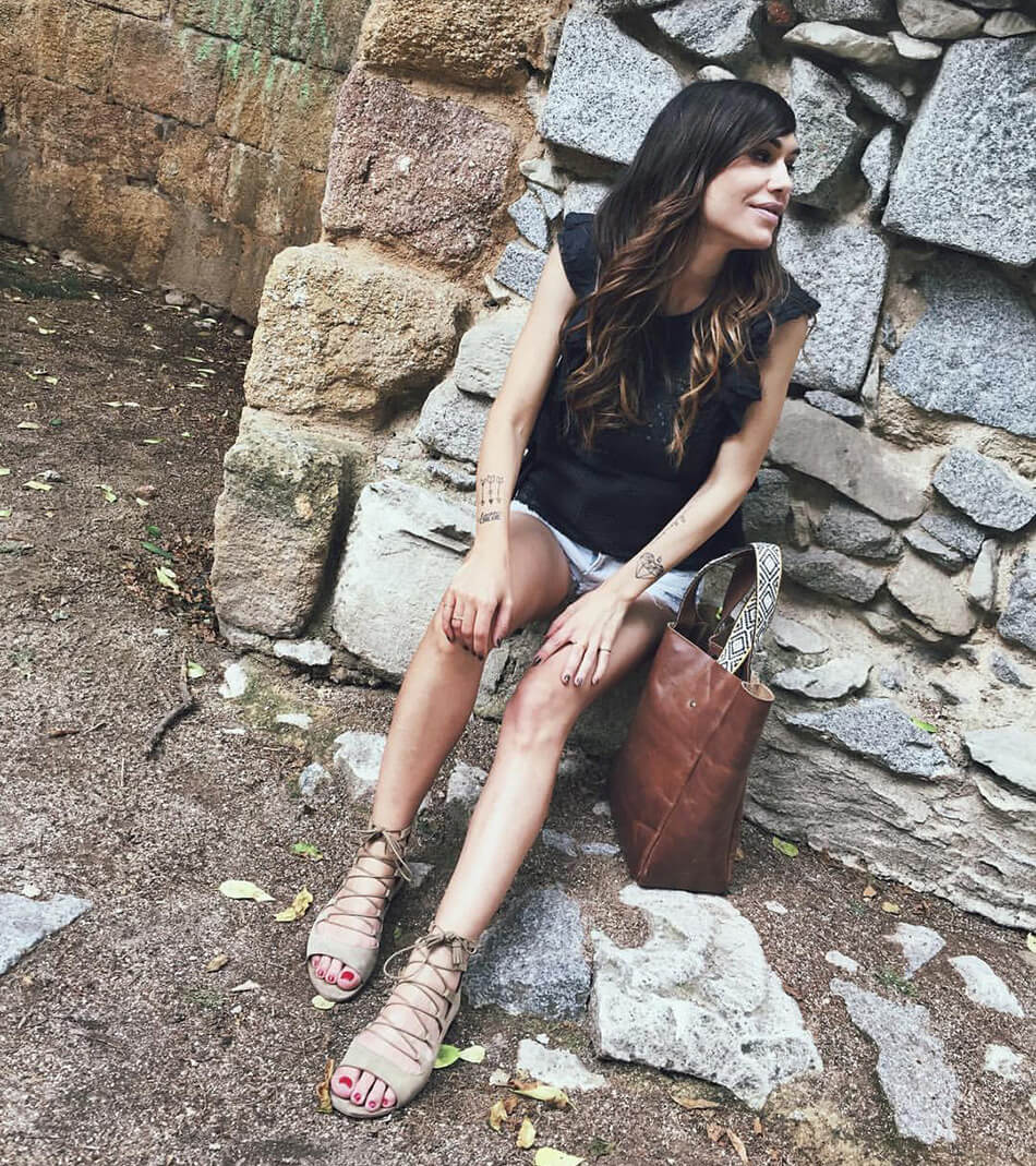 look de street style con blusa calada de ralph lauren y shorts denim
