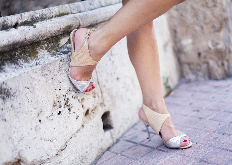look de street style con vestido de color rojo con tirantes y corte en el pecho de American Vintage combinado con un bolso y sandalias doradas