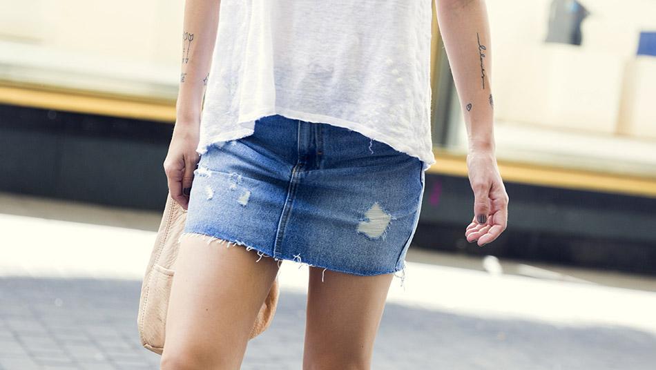 look de street style con camiseta de tirantes blanca , minifalda vaquera de Zara con detalles desgastados en la parte delantera, zapatos desgalonados estilo Chanel, y bolso bandolera