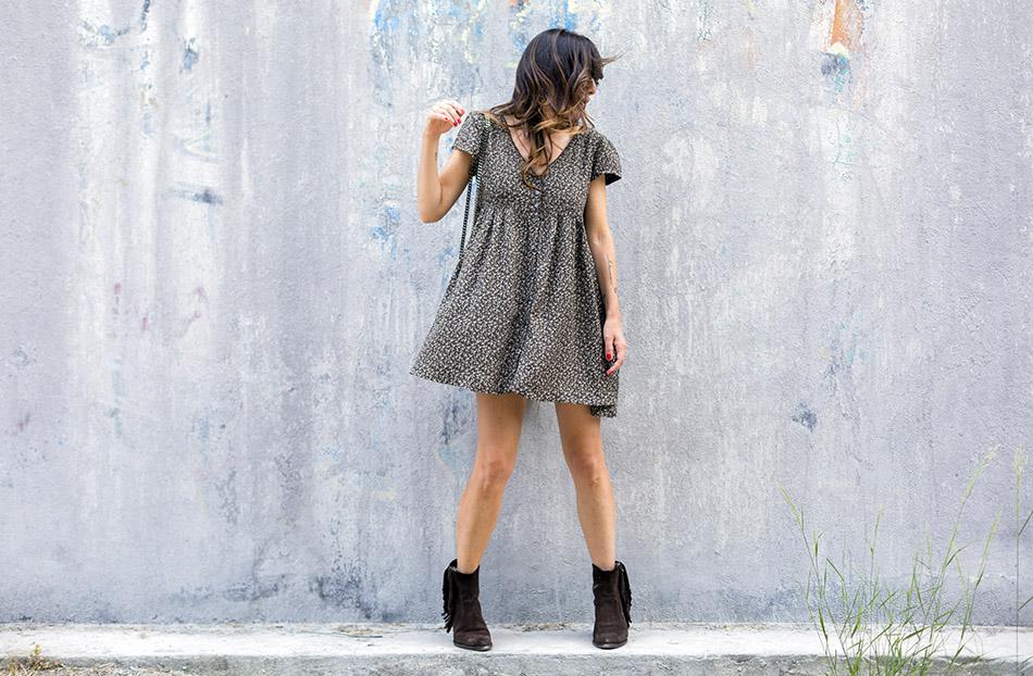 look de street style con vestido de Ralph Lauren con estampado de flores liberty , bolsito estilo Chanell 2.5 pequeño y botines de ante de flecos