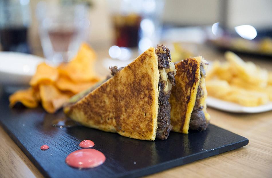 sandwich de carne asada a baja temperatura. la vaca y la huerta. restaurante de Madrid