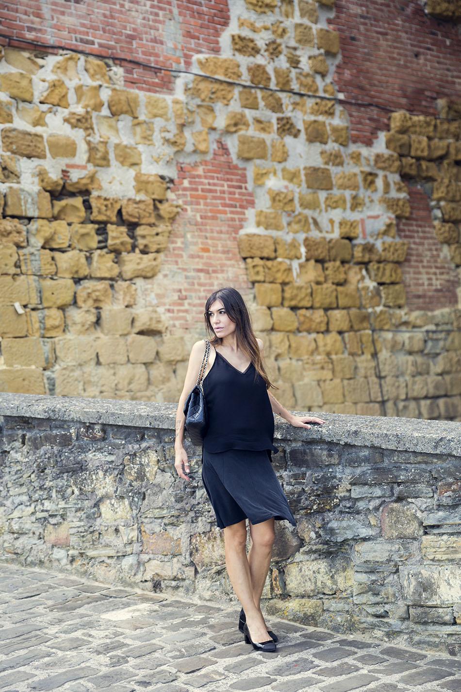 look de street style con tank top  negro de mango, falda midi con vuelo de hakei, zapatos estilo chanel de zara y bolso chanel
