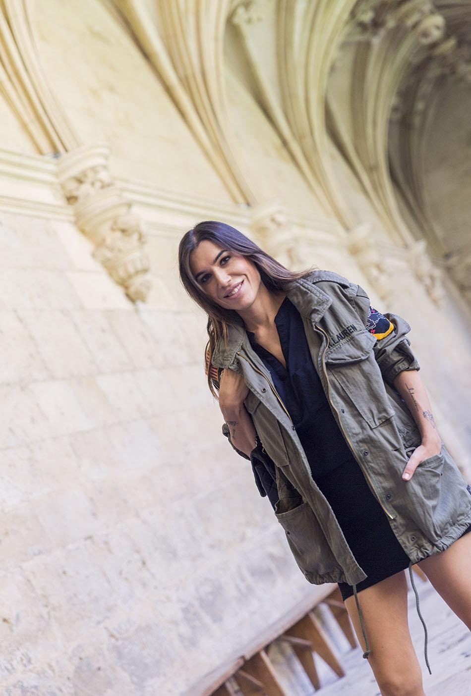look de street style con parka de estilo militar de Ralph Lauren, blusa sin mangas y mini falda negra, con botines plateados de Hakei. bolso de chanel