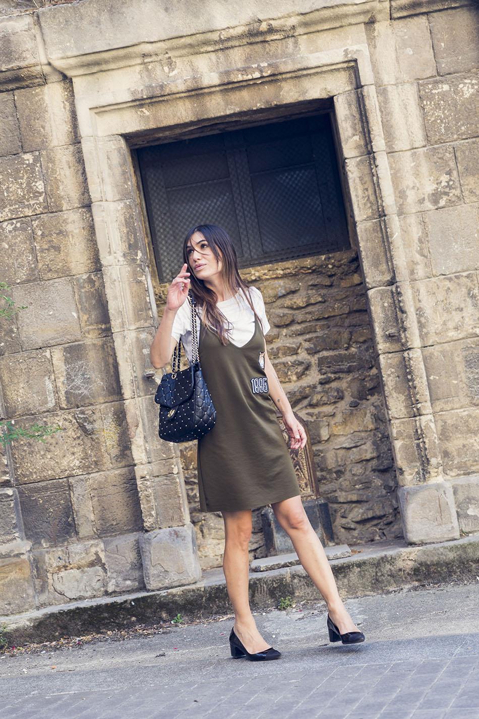 look de street style con vestido de Zara de inspiración militar , bolso bicolor de charol estilo chanel de zara y bolso de chanel