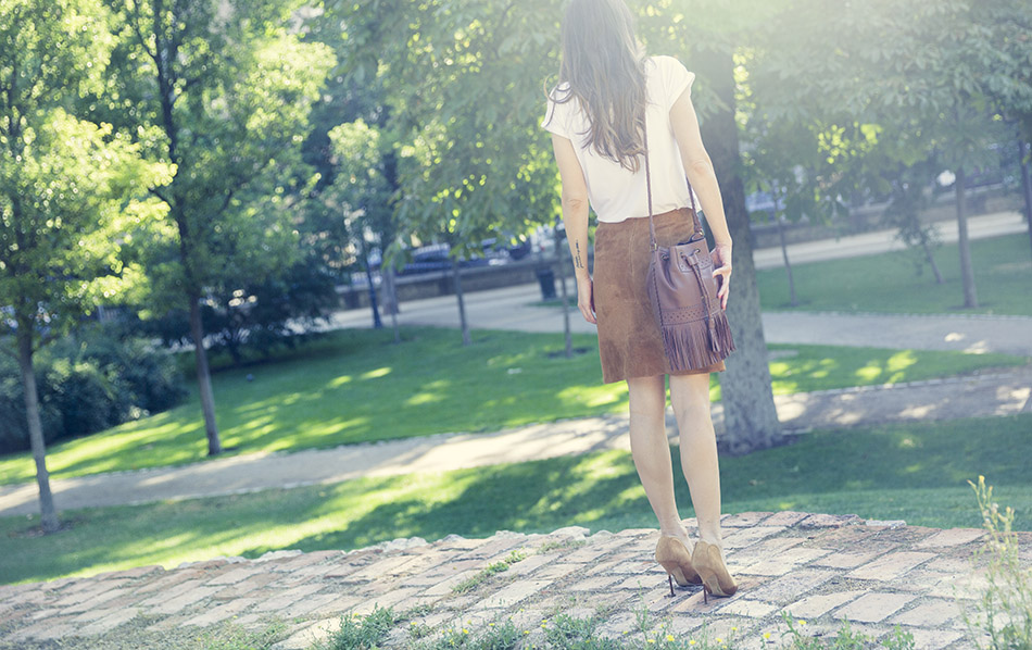 look de street style con camiseta básica blanca y estampado Paris de ABicyclette, falda de ante de Zara, salones de ante en color marrón y bolso tipo bombonera con flecos de piel