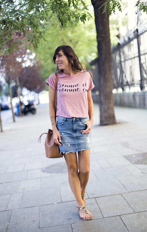 street style con camiseta con mensaje de a bicyclette, mini vaquera con desgastados de Zara y sandalias planas con animal print