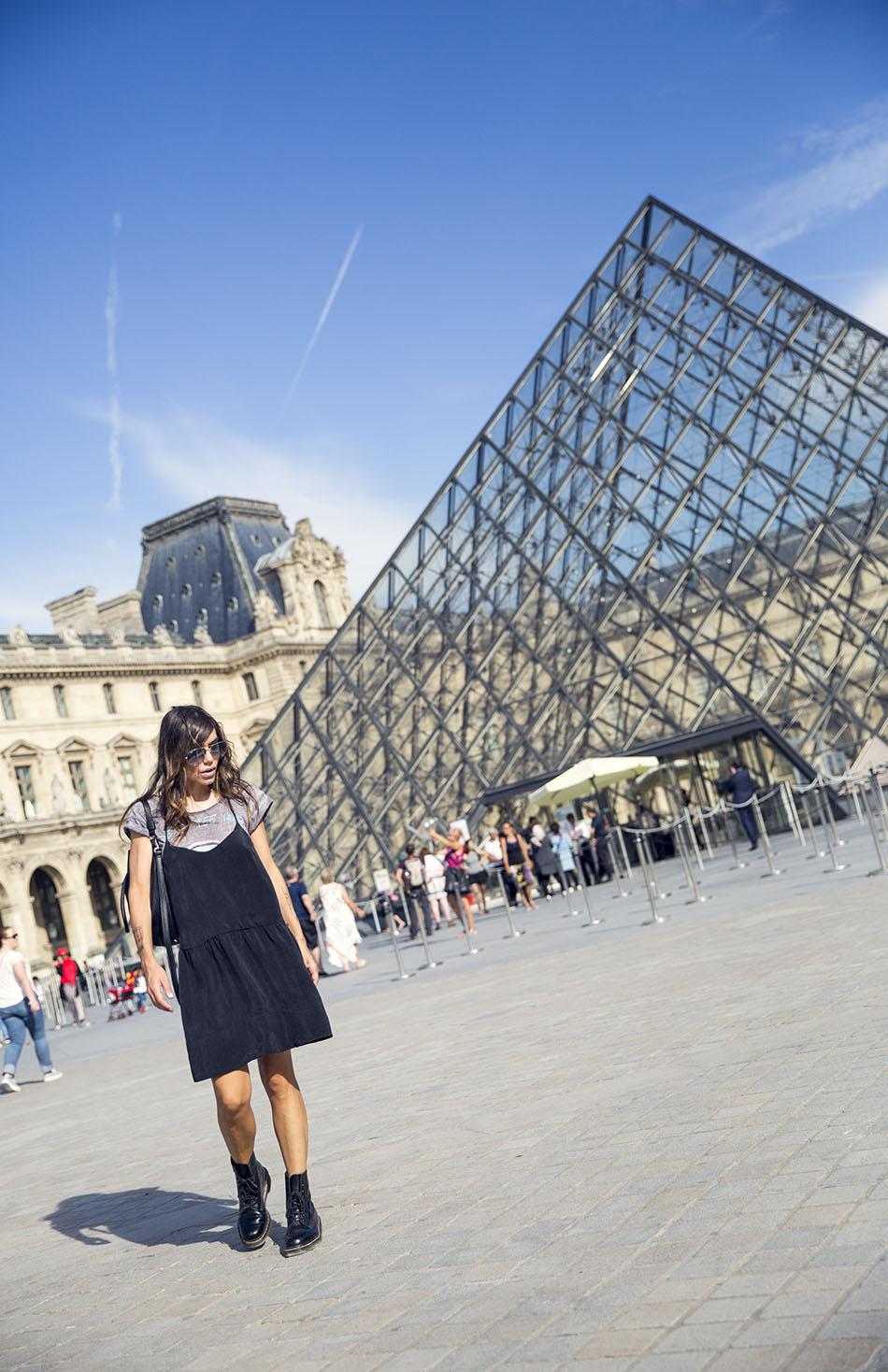 look de street style con vestido negro estilo lencero de american vintage, camiseta debajo de eleven parís y botas doctor martens. Le Louvre