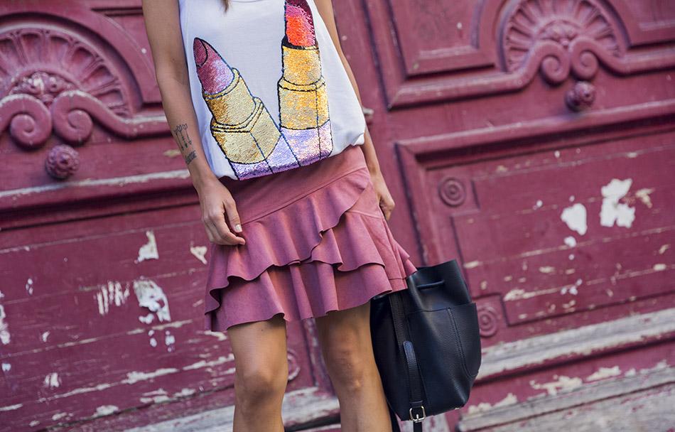 street style en le marais, paris, con camiseta de tirantes de color blanco y estampado de lentejuelas, con mini falda de volantes de Mango y Doc Martens