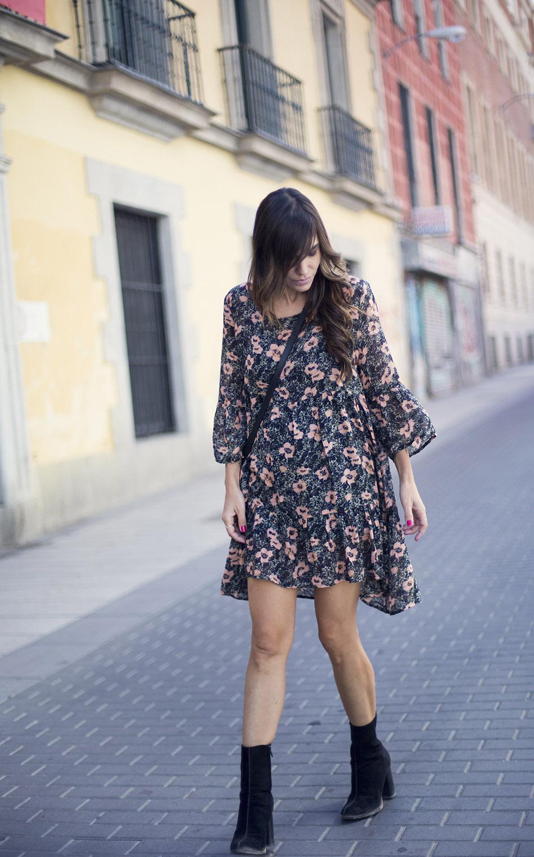 look de street style con vestido tipo túnica con estampado floral de American Vintage, botines de ante de mango y bolso pequeño de cuero negro