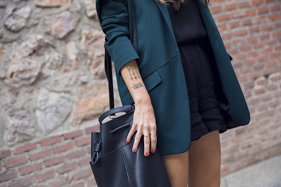 look de street style con mono de manga larga de color negro de american vintage, blazer boyfriend en color verde y botines de tachuelas Chloé