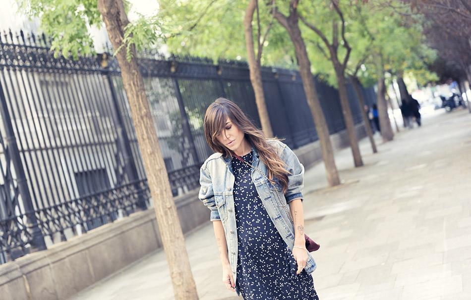 look de street style con vestido largo asimétrico azul con estampado de estrellas blancas y cazadora oversize denim de zara