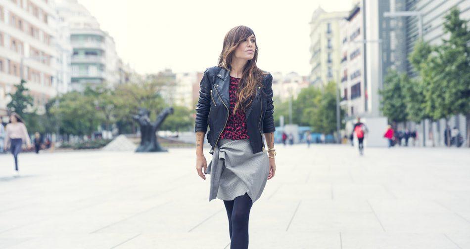 look de street style con cazadora de cuero con tachuelas, camiseta en animal print, falda con lazada en el lateral de Zara y zapatos abotinados