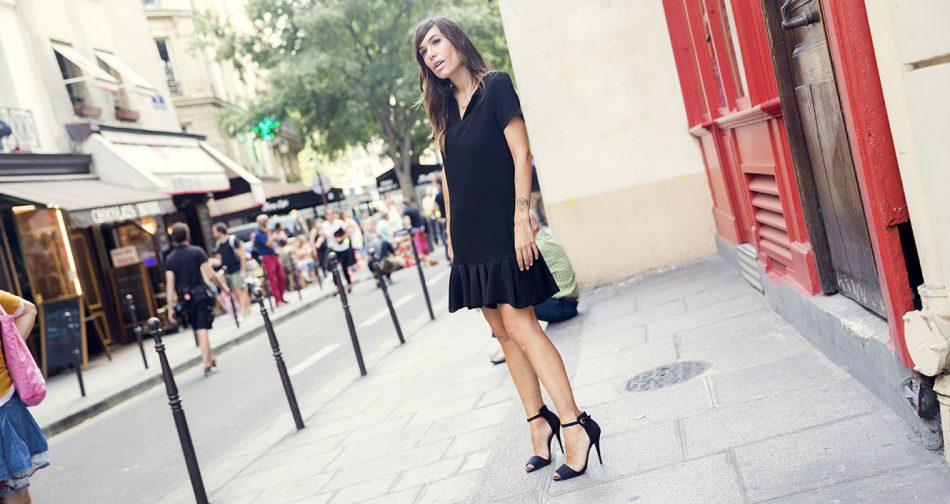 look de street style con vestido LBD de Maje y sandalias con pulsera en el tobillo de Zara