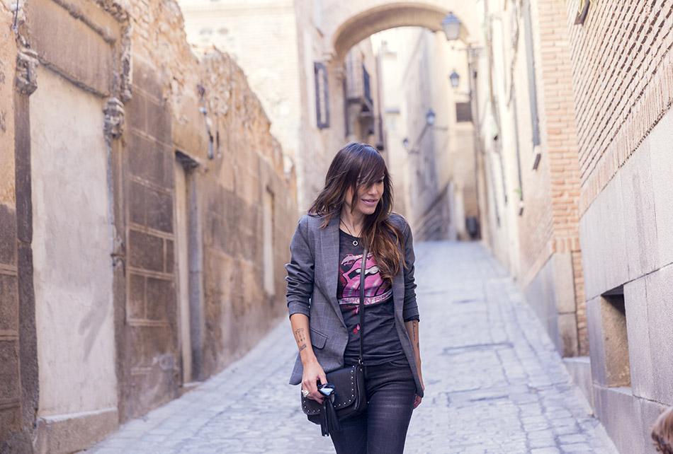 look de street style con blazer masculina, camiseta de lengua de Rolling Stone, pitillos negros de reiko, bolso bandolera de hakei