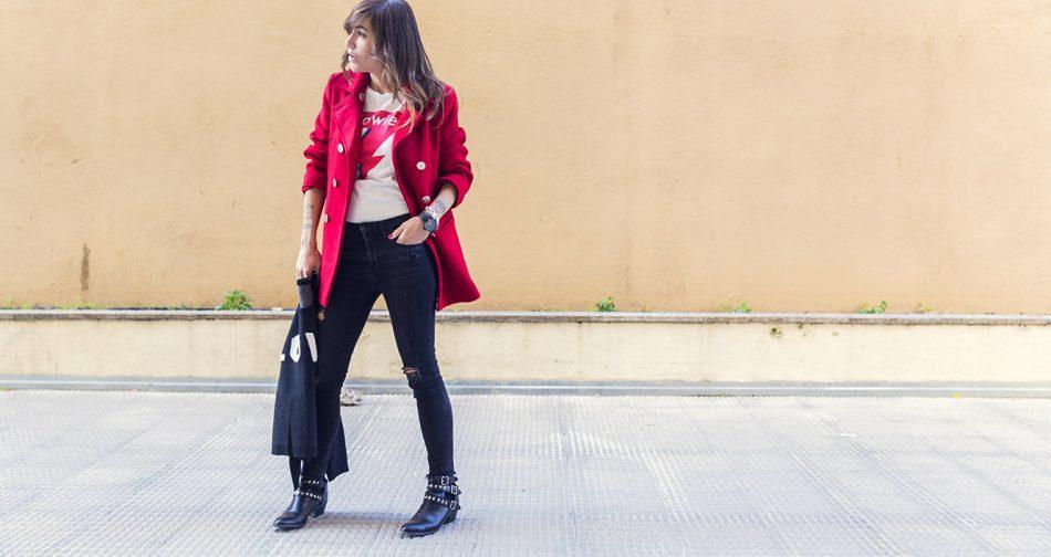 look de street style con abrigo marinero rojo de Tintoretto, jeans negros desgastados, botines con tachuelas, camiseta con print de David Bowie