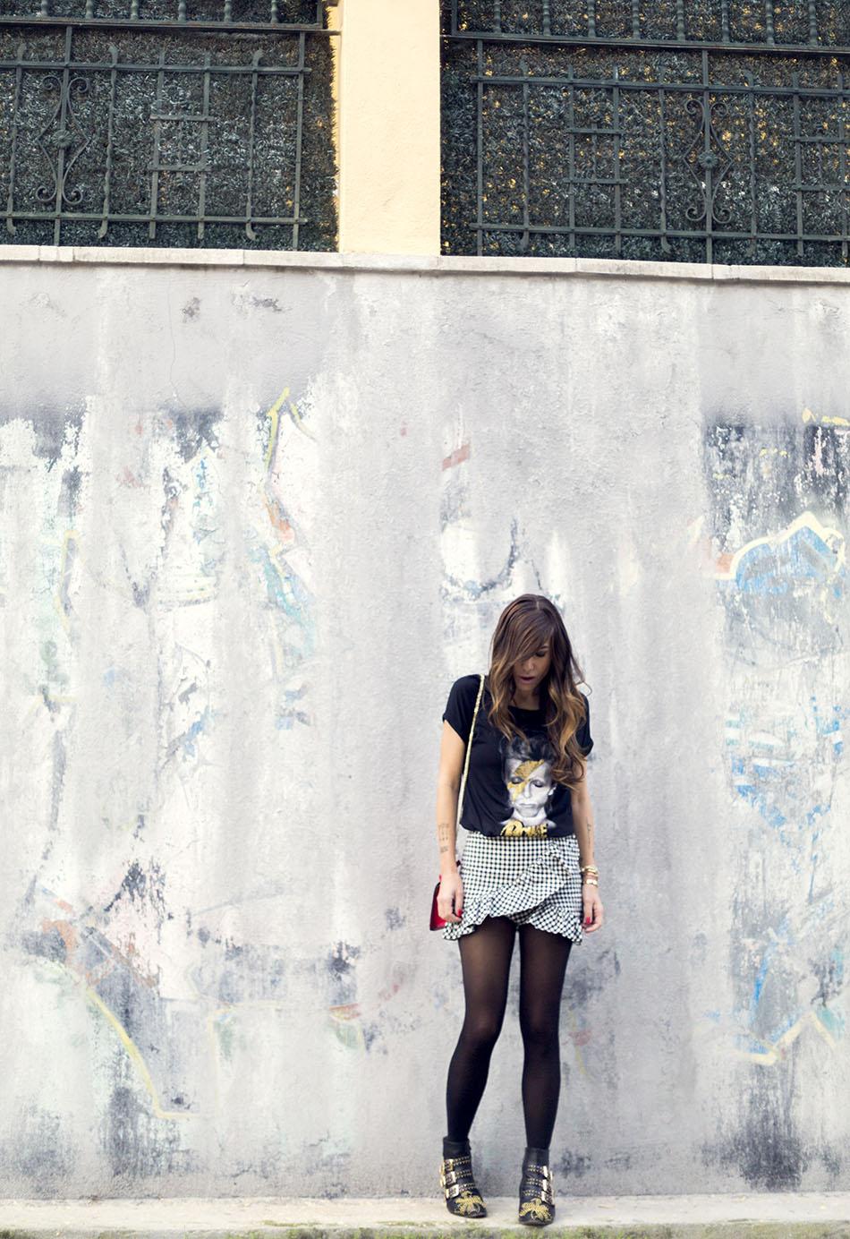 look de street style con camiseta de David Bowie, falda de cuadros vichy, botines de Chloe y bolsito rojo