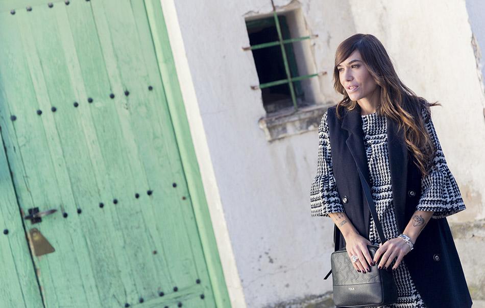 street style con chaleco estilo navy de Kiabi, vestido estampado en blanco y negro y mangas acampanadas de Zara, botines de cuña y flecos de Kiabi y bolso estilo bandolera de Tous