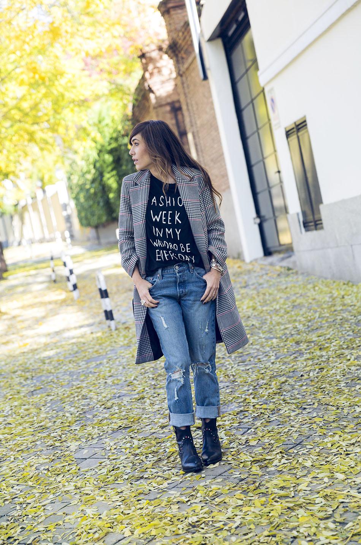 look de street style con abrigo de estilo masculino, camiseta con mensaje, jeans Levi´s 501 Chiara Ferragni y botines de Hakei