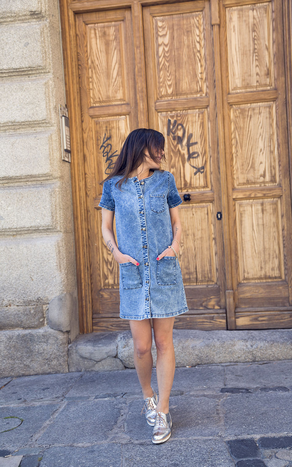 street-style-denim-dress-merkal-silver-shoes-02