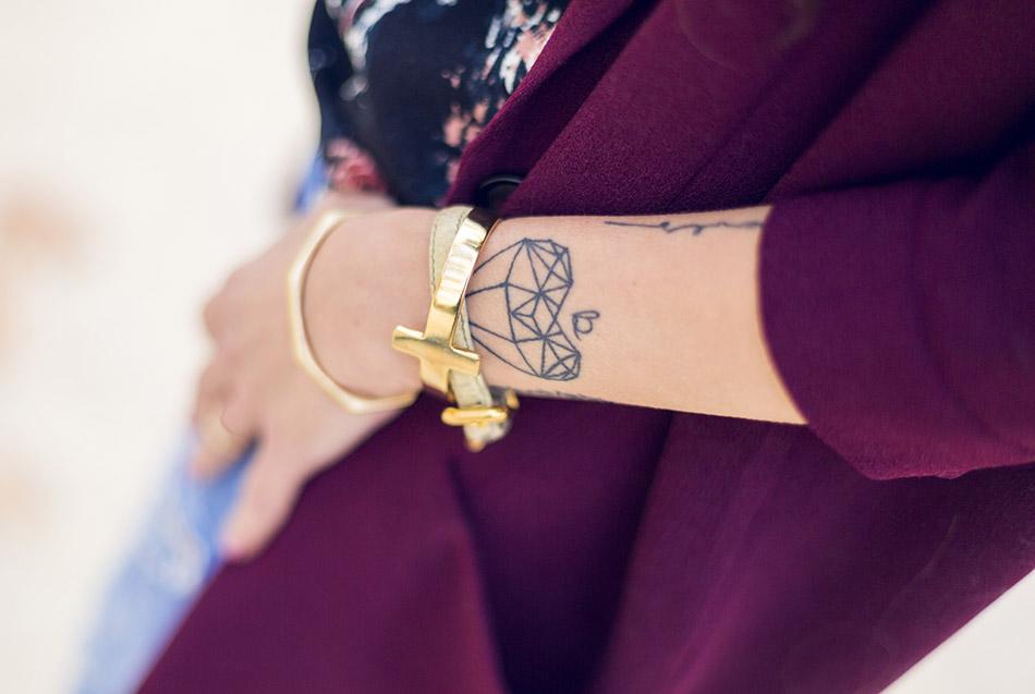 look de street style con chaqueta de color granate de Hakei, top estampado a manchas, ripped jeans de Zara y botines de ante en color berenjena de Pura López, tattoo