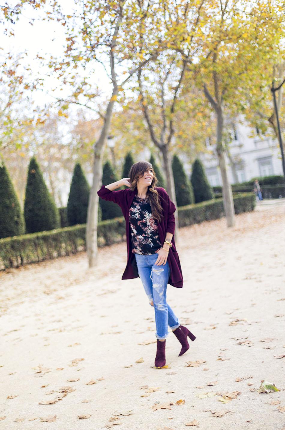 look de street style con chaqueta de color granate de Hakei, top estampado a manchas, ripped jeans de Zara y botines de ante en color berenjena de Pura López