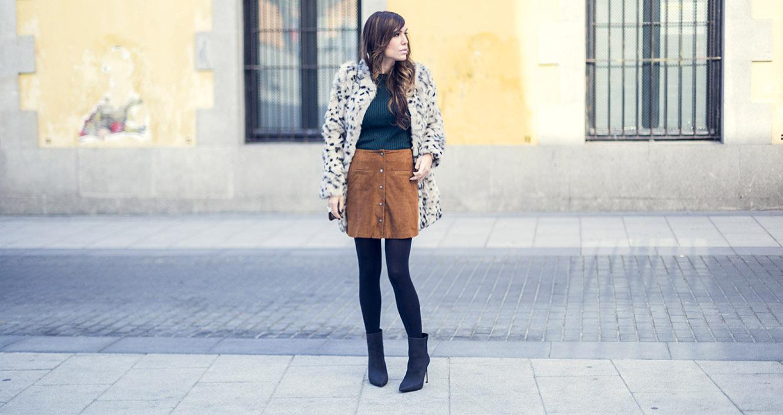 look de street style con abrigo de estampado de leopardo de hake, falda de ante abotonada en el delantero, jersey en color verde esmeralda y botines de Mango premium