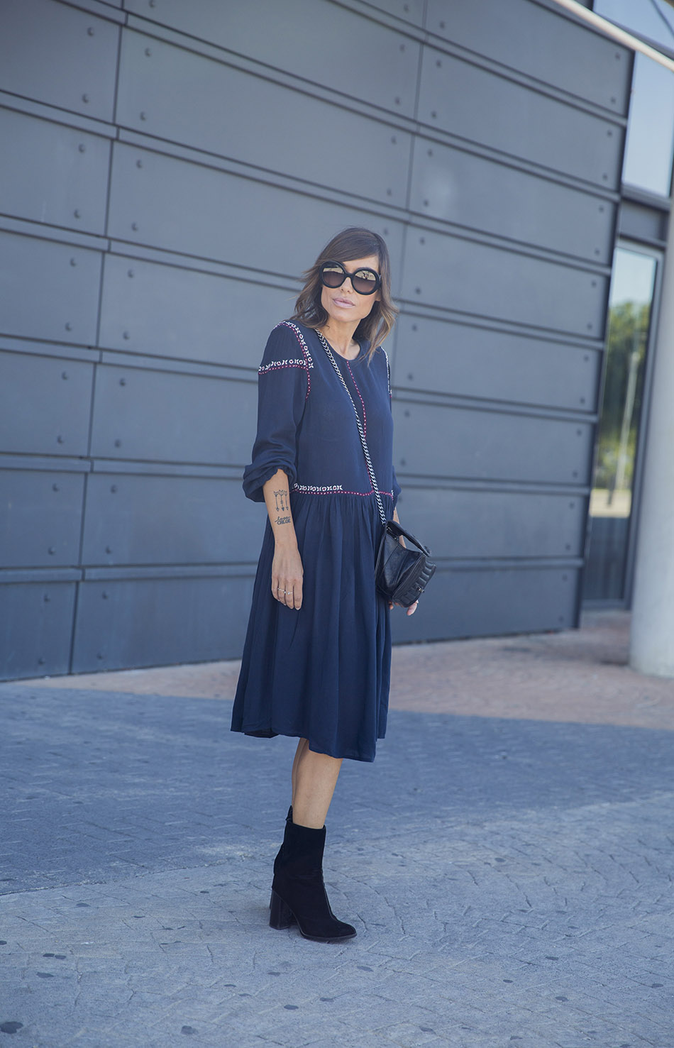 street-style-kiabi-dress-sunglasses-black-boots-05