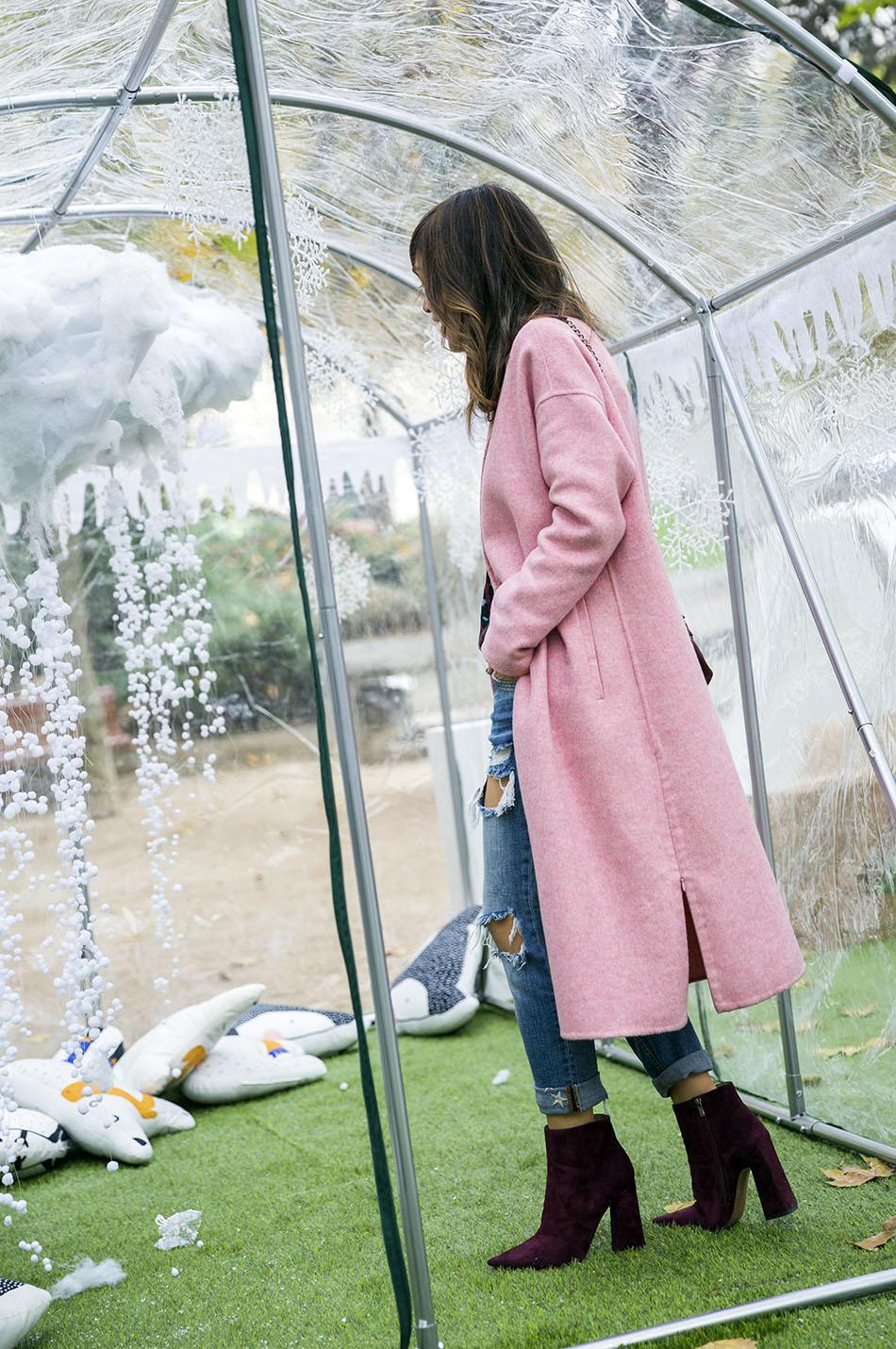 look de street style con abrigo de lana rosa de zara, camisa de animal print de Mango, jeans boyfriend desgastados, botines de ante burdeos de Pura López