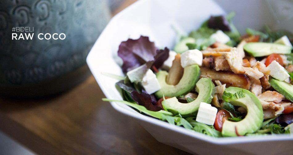 ensalada veggie con aguacate, pollo y brotes