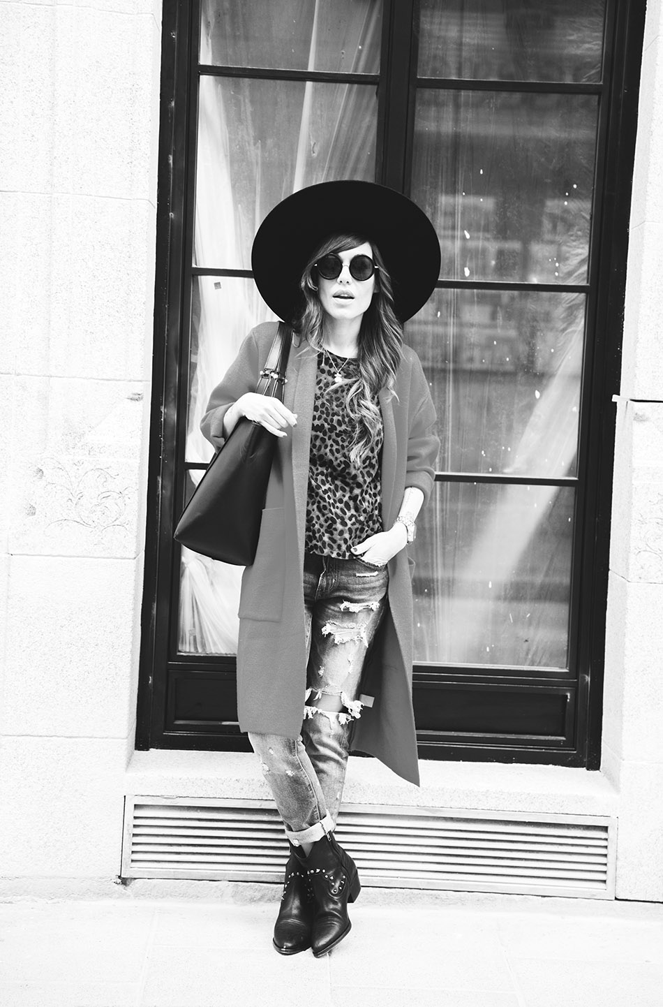 look de street style con abrigo rojo, camiseta con animal print, jeans desgastados de zara, reloj digital michael kors, gafas de sol redondas