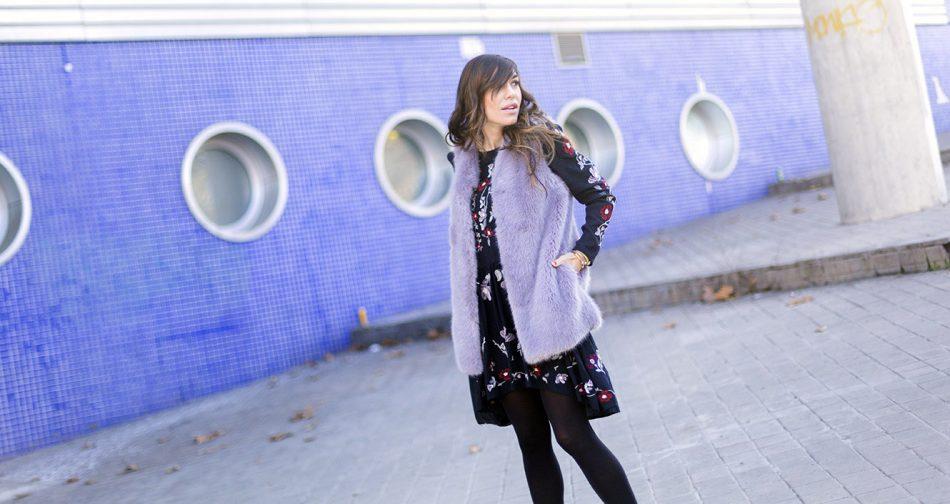 look de street style con vestido con bordados florales, chaleco de pelo en malva y botines