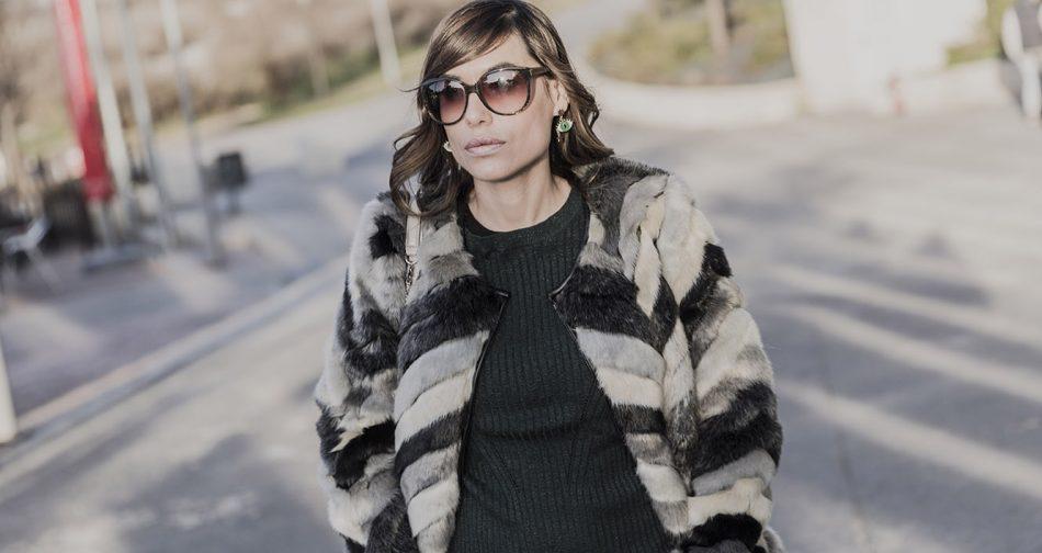 look de street style con chaquetón de pelo en tonos grises, jersey con hilos metalizados verde, jeans desgastados de mango, gafas de sol de Marc Jacobs y bolso de Michael Kors