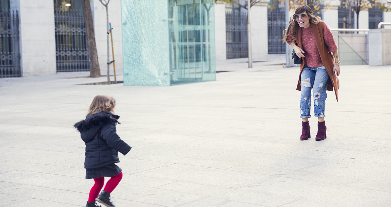 street-style-pura-lopez-boots-chloe-sunglasses-denim-jeans-01