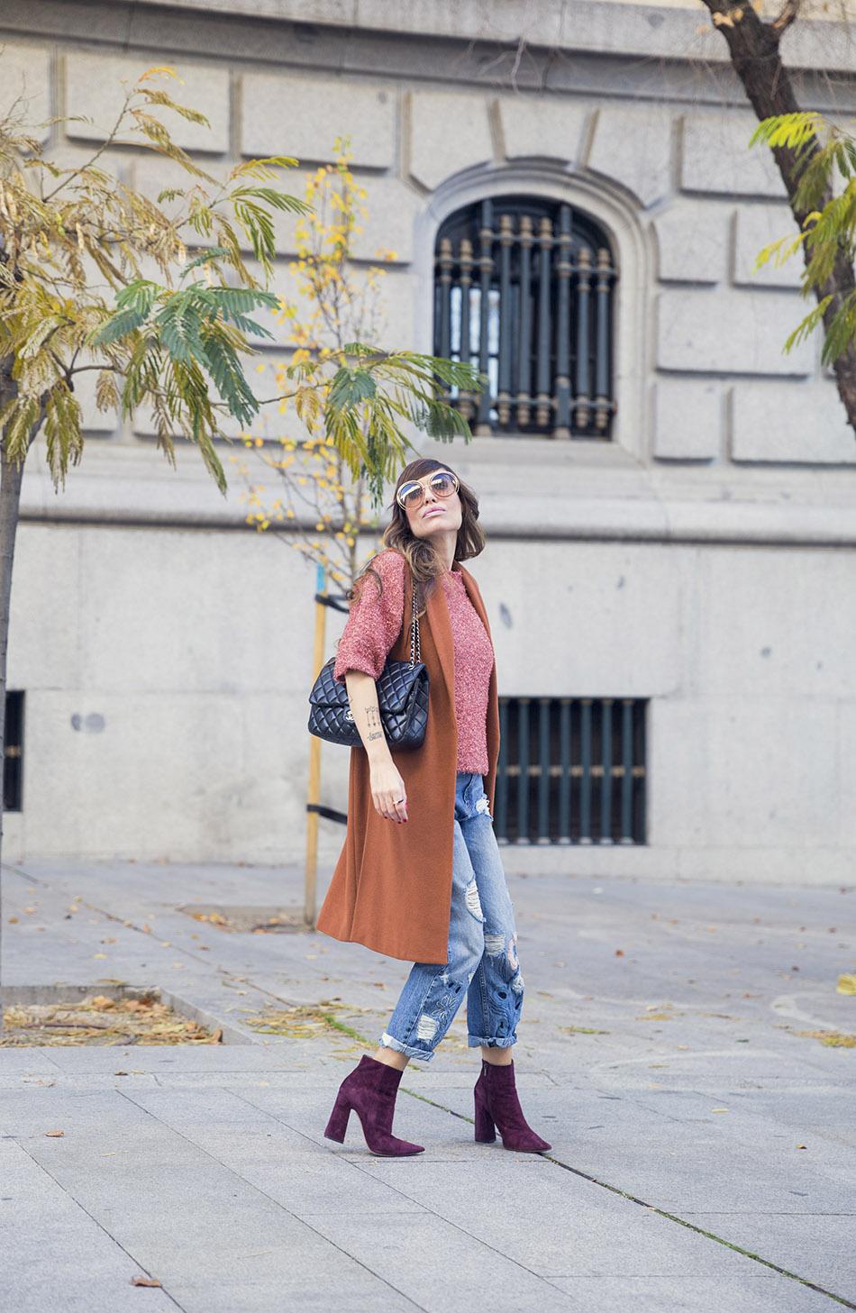 street-style-pura-lopez-boots-chloe-sunglasses-denim-jeans-03