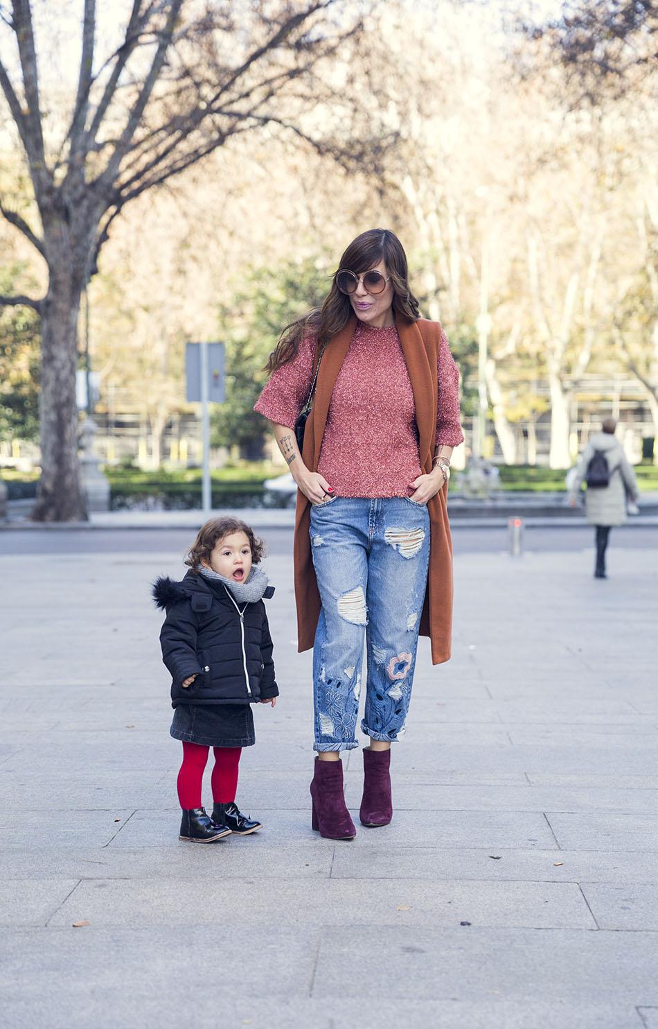 street-style-pura-lopez-boots-chloe-sunglasses-denim-jeans-06