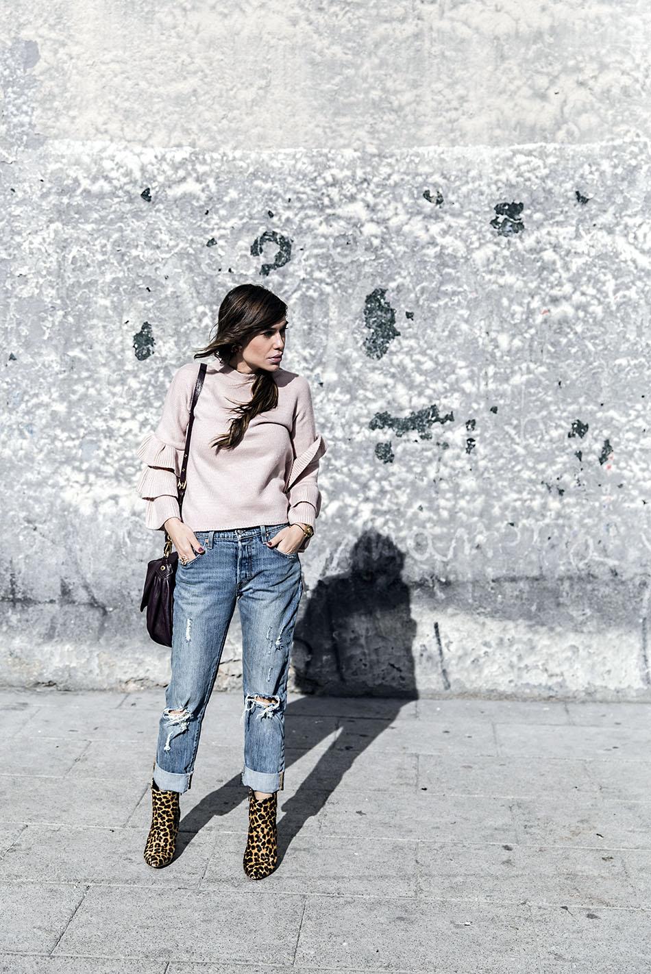 look de street style con jersey rosa con volantes en las mangas, relaxed jeans, botines con estampado animal print, bolso de marc jacobs y reloj michael kors