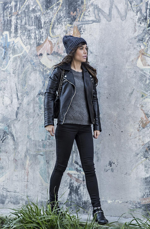 look de street style con cazadora de cuero negra de zara, jersey de punto gris, gorro de lana y bolso chanel 2.55