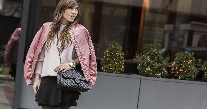 look de street style con bomber de mango en rosa metalizado, jersey rosa, mini de volantes de Zara, zapatos negros y bolso de chanel