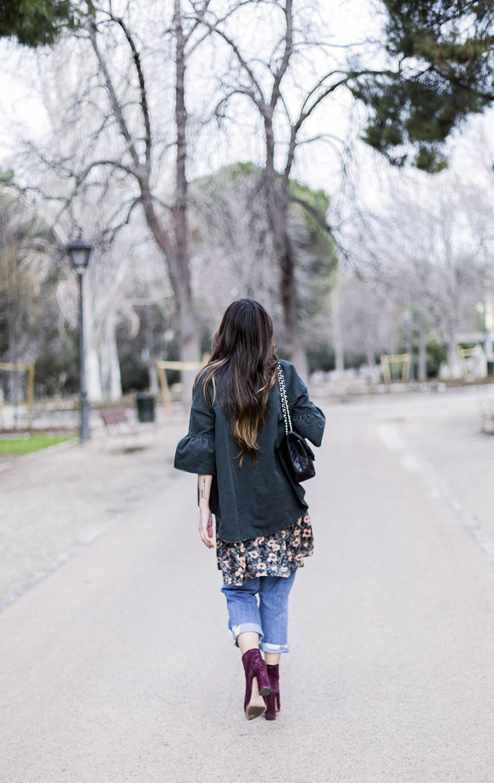 look de street style con sobre camisa asimétrica en denim verde botella de Mango, vestido de flores de american vintage, jeans desgastados de Mango, botines de Pura López y bolso de Chanel