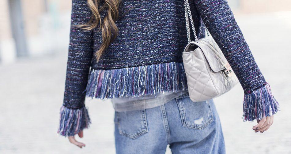 look de street style con chaqueta de tweed de zara, camiseta de tirantes plateada, mom´s jeans y sandalias plateadas de aire retro