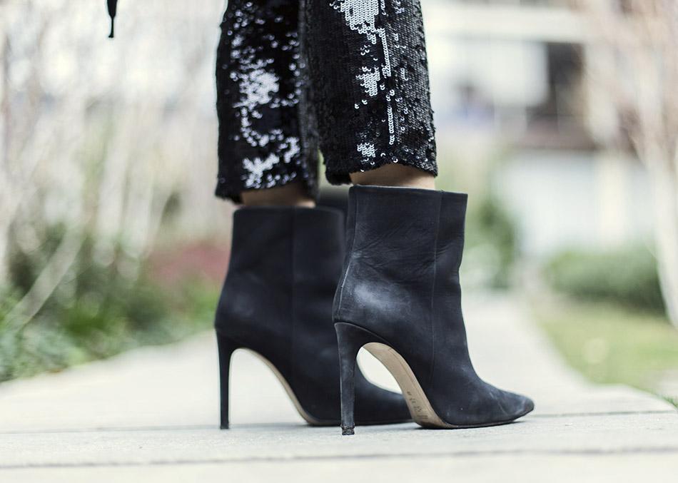 look de street style con parka negra, blusa de tul verde menta de Zara, pantalones de lentejuelas de Zara y bolso de Chanel