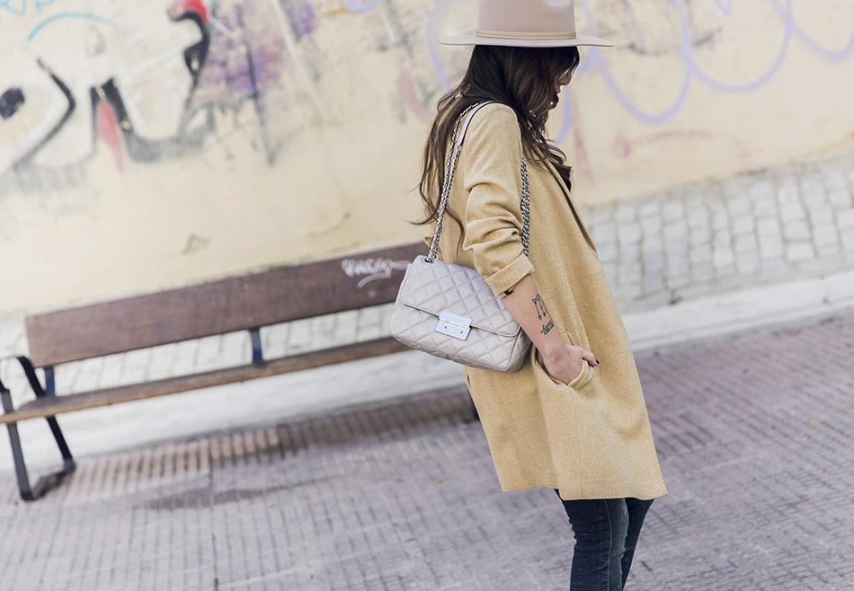 look de street style con sombrero beige de ala ancha de Lack of Color, camiseta de animal print roja de Bimba y Lola, jeans pitillo, botines de puntera de Zara, bolso de hombro de Michael Kors, gafas de ver de Zara, pendientes de Mango y anillo de Tous