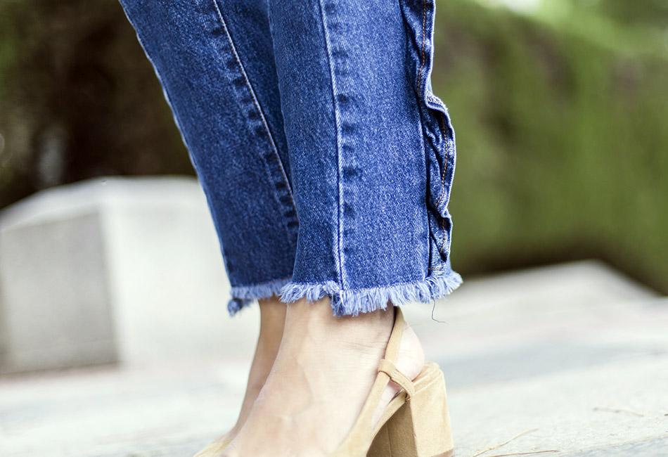 look de street style con sombrero de color beige, camiseta con mensaje, jeans de mango con volantes en los laterales, zapatos Chanel