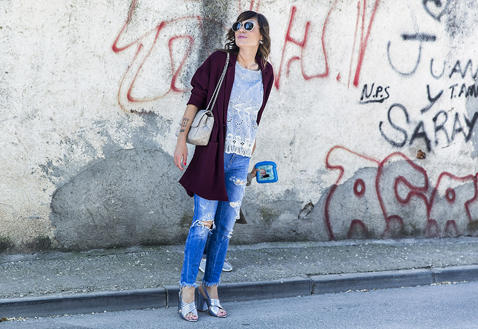 look con levita granate, blusa  azul bordada de leon and harper, jeans con rotos de Zara, sandalias plateadas de Mango y bolso de Michael kors