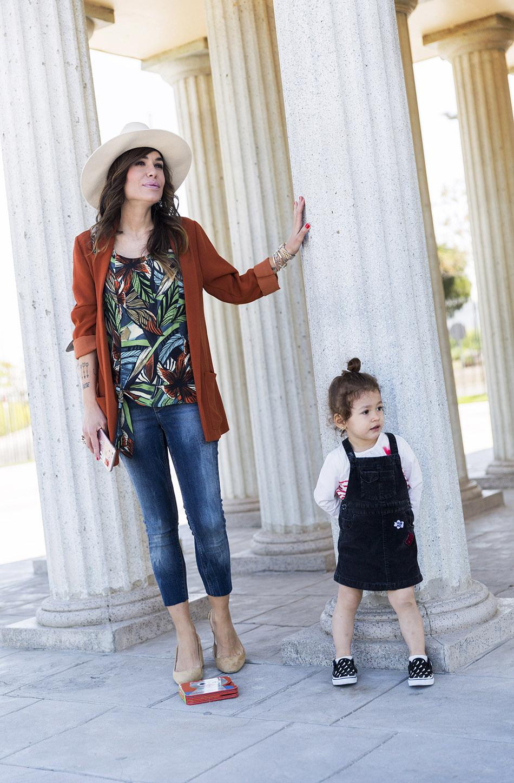 look de street style con blazer de color caramelo, blusa con print tropical de Mango, skinny jeans, zapatos estilo chanel de Zara y sombrero