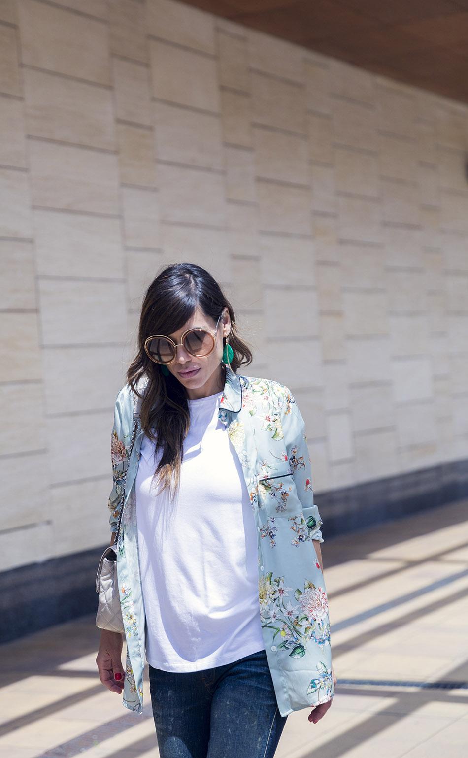 look con blazer estilo pijama en verde menta y estampado de flores
