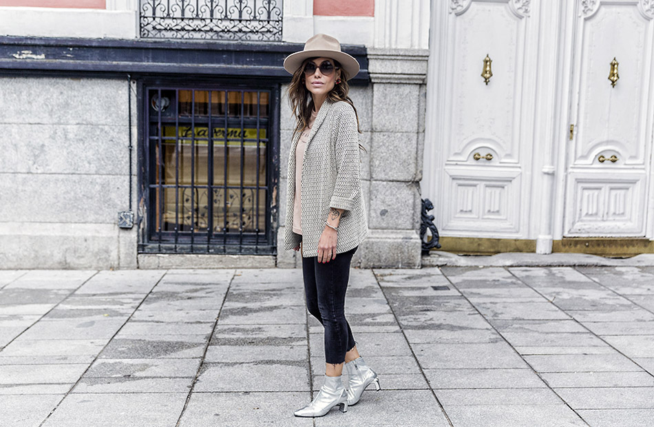 blazer blanco y negro de ana studio, camiseta con mensaje , jeans y botines plateados