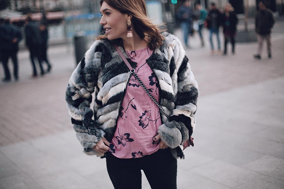 medio plano de Bárbara Crespo con street style de Bárbara Crespo con abrigo de pelo gris, blusa rosa de flores y rayas de Kiabi y jeans skinny