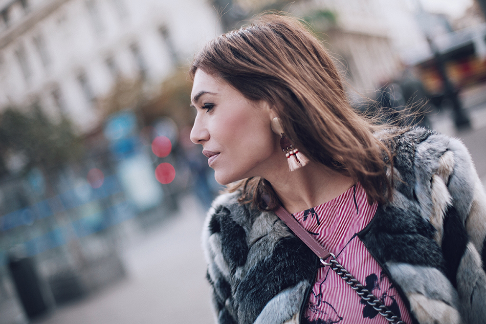 Primer plano de Bárbara Crespo street style de Bárbara Crespo con abrigo de pelo gris, blusa rosa de flores y rayas de Kiabi